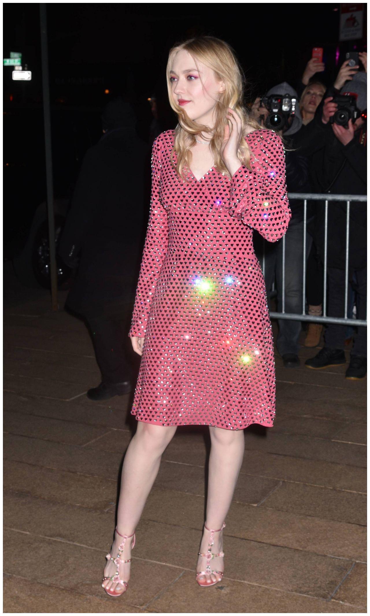 美国女星达科塔·范宁粉色长裙出席活动,站姿优美