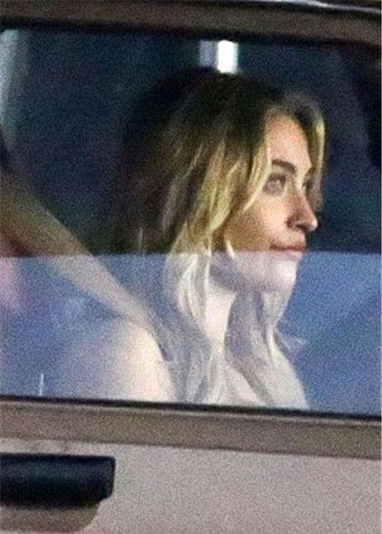 天王之女帕丽斯·杰克逊在车中等待节目录制,紧张等待狂喝水