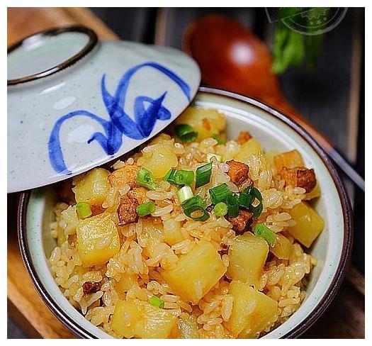 土豆焖饭好吃又方便,出锅后整个屋子都是饭香,儿子吃了一大碗!