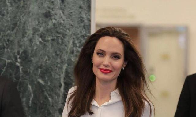 安吉丽娜·朱莉终于换风格,白衬衫配包臀裙亮相,难掩高贵气质!