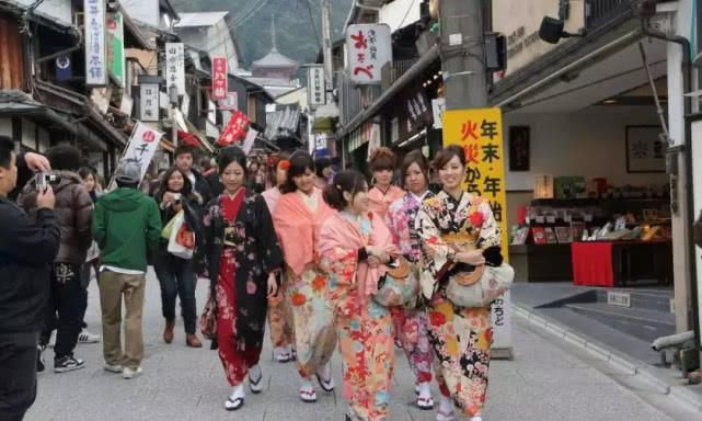 中国游客首次去日本泡温泉,听到条件却想走,女生直接转身就走