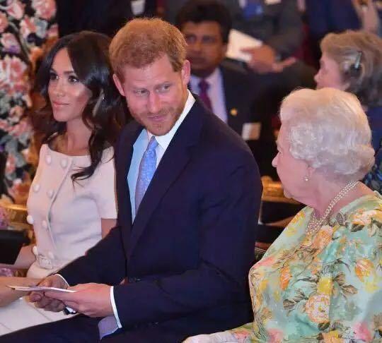 哈里王子梅根王妃陪同女王出席王室活动,梅根穿着优雅知性满分!