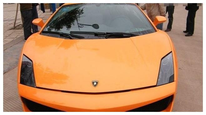 路边洗车店来了一辆兰博基尼盖拉多,车主:很享受被围观的感觉!