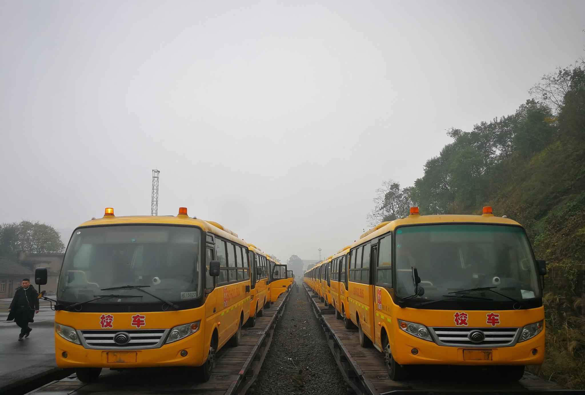 总价值360万元 浙江南浔捐赠的36辆爱心校车抵达四川广安