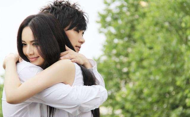 男女拥抱时,女生有什么样的身体感受?3个小动作,已爱你入骨!