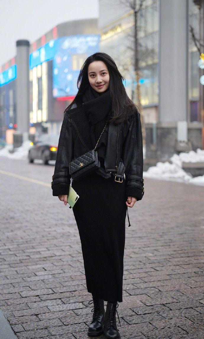 街拍:冷帽+帽衫+长靴,女生也能超帅气!