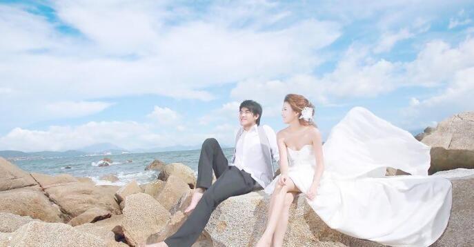 夫妻海边拍婚纱照,用有钱人专用婚纱道具,成片独特又惊艳