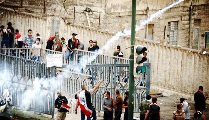伊拉克抗议活动仍在继续,民众一度靠近总理府,防暴警察鸣枪示警