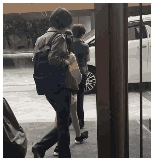 王菲带李嫣外出母女情深,12岁李嫣长高不少,穿衣时尚背影窈窕