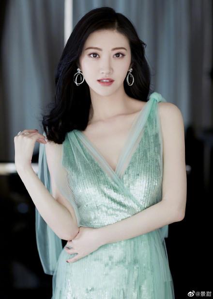 景甜一袭薄荷绿色长裙现身广州活动,温婉大方,气质尽显