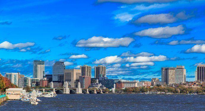 查尔斯河连接着波士顿和剑桥市,两岸排列着哈佛和波士顿等名校