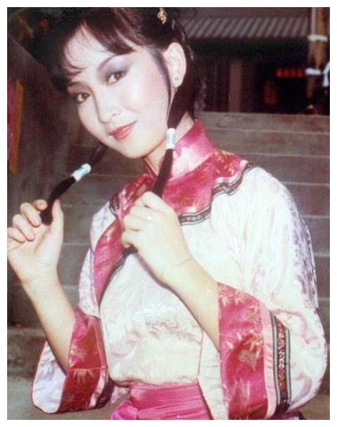 她被骗和张国荣出演风月片,拍戏导致终身不孕,老公两次破产不弃