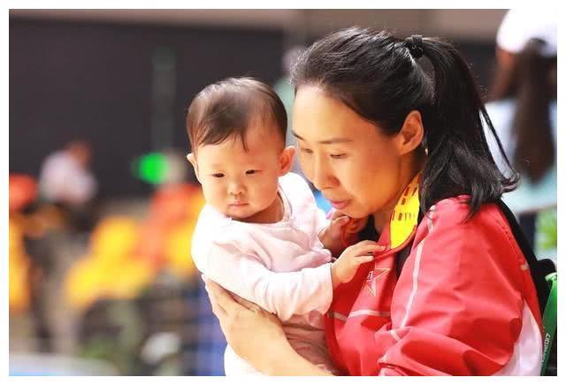 女篮功勋中锋,退役后结婚生娃,为拿奥运门票,宝宝没断奶便复出