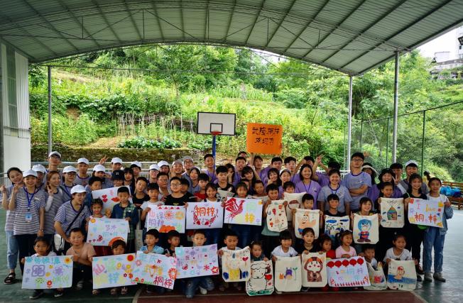 重庆工商大学融智学院为武隆留守儿童开暑期小课堂