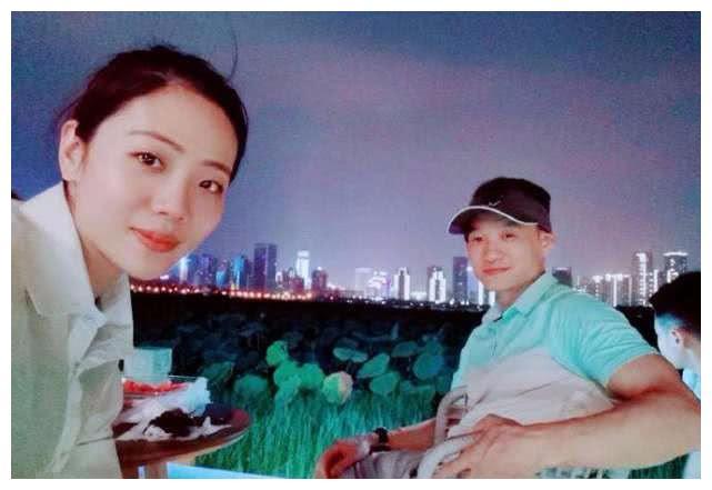 杨威老婆杨云教双胞胎女儿抛媚眼,俩小公主学成翻白眼超可爱!