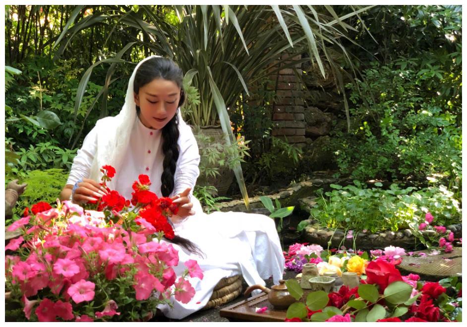 孔雀舞之王杨丽萍已60岁,在花海品茶游玩的她,仿佛下凡的仙女