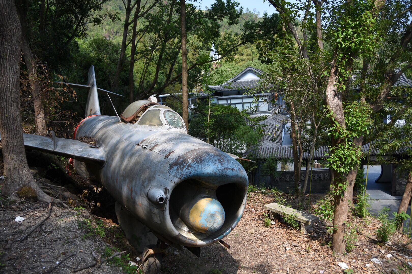 停在温岭虎山山林间的歼六战斗机( 约在94年退役)