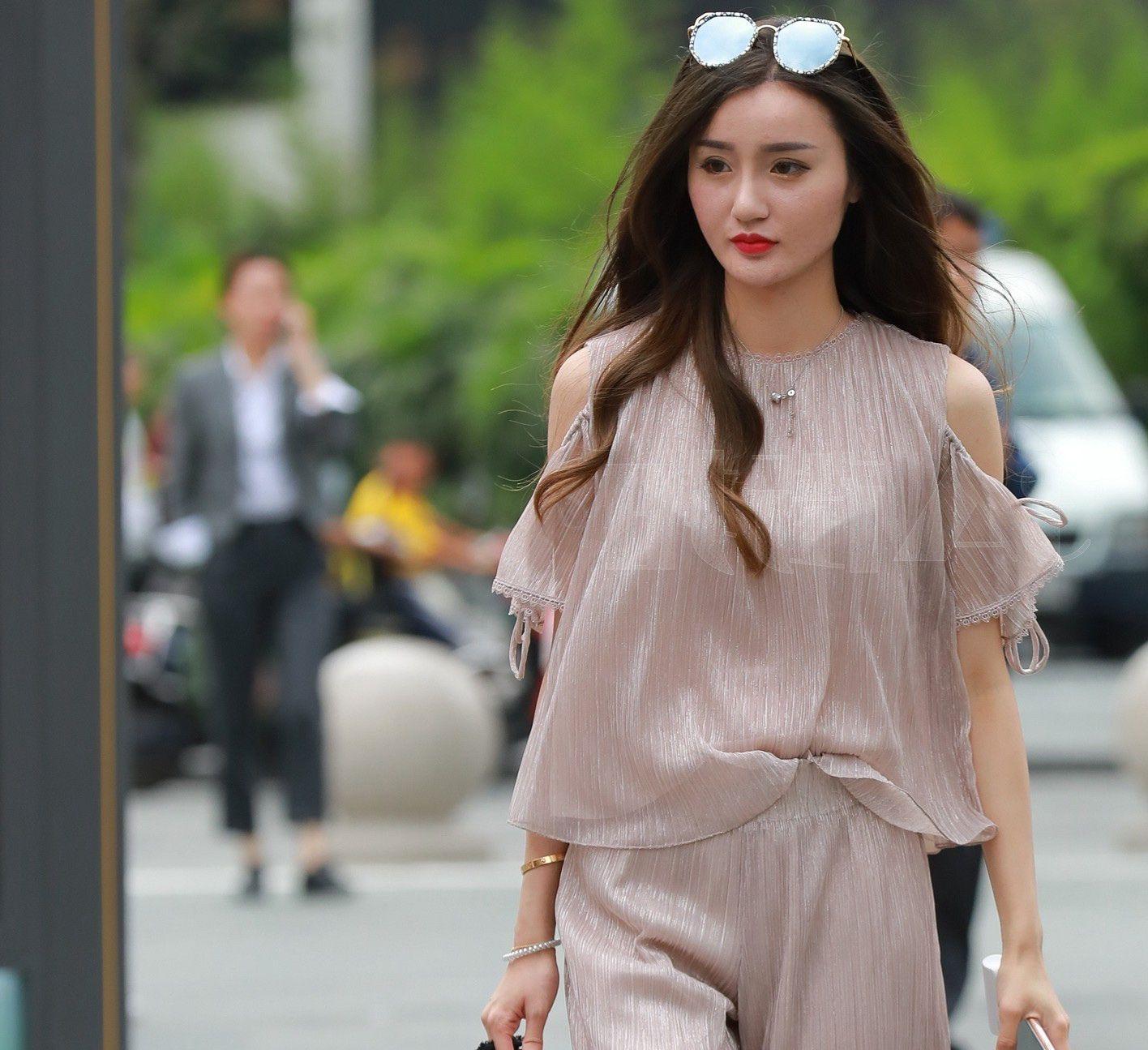 街拍:轻熟女范儿小姐姐粉色薄纱尽显知性美,散乱的秀发更迷人