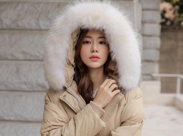 米色浣熊毛领长款羽绒大衣