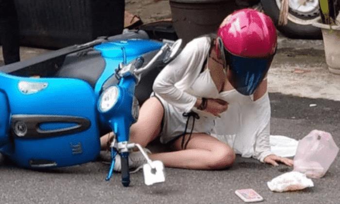 """女网红骑小摩托车摔倒,不慎""""春光大泄"""",网友:注意安全"""