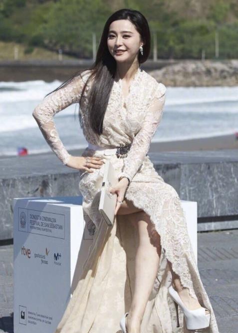 范冰冰身穿薄纱透视蕾丝裙