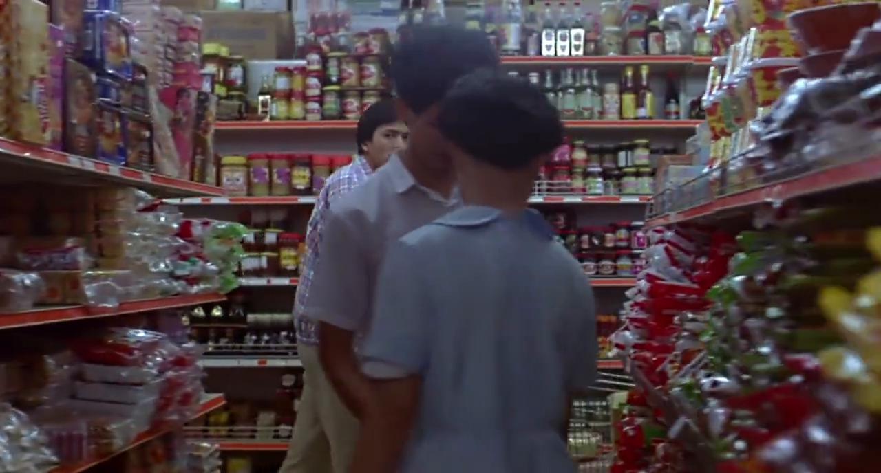 周润发和新搭档在超市跟踪嫌疑人,搭档一脸猥琐