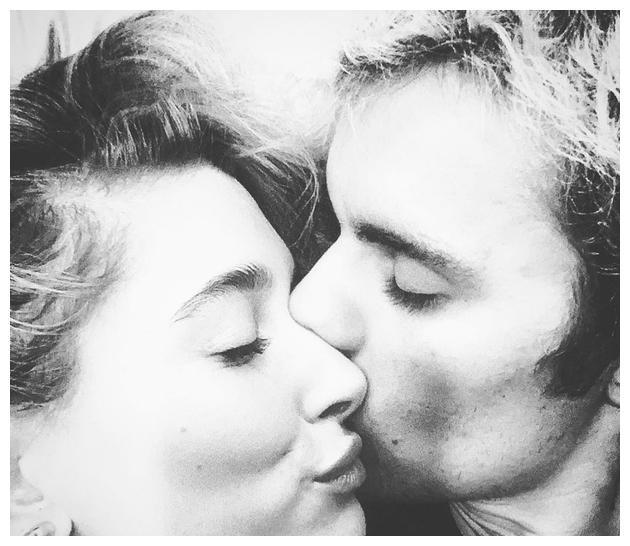 比伯晒与海莉亲吻照甜蜜表白:我的另一半
