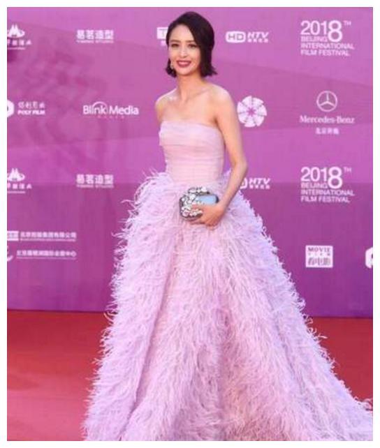 北京国际电影节闭幕红毯 佟丽娅羽毛裙太惊艳