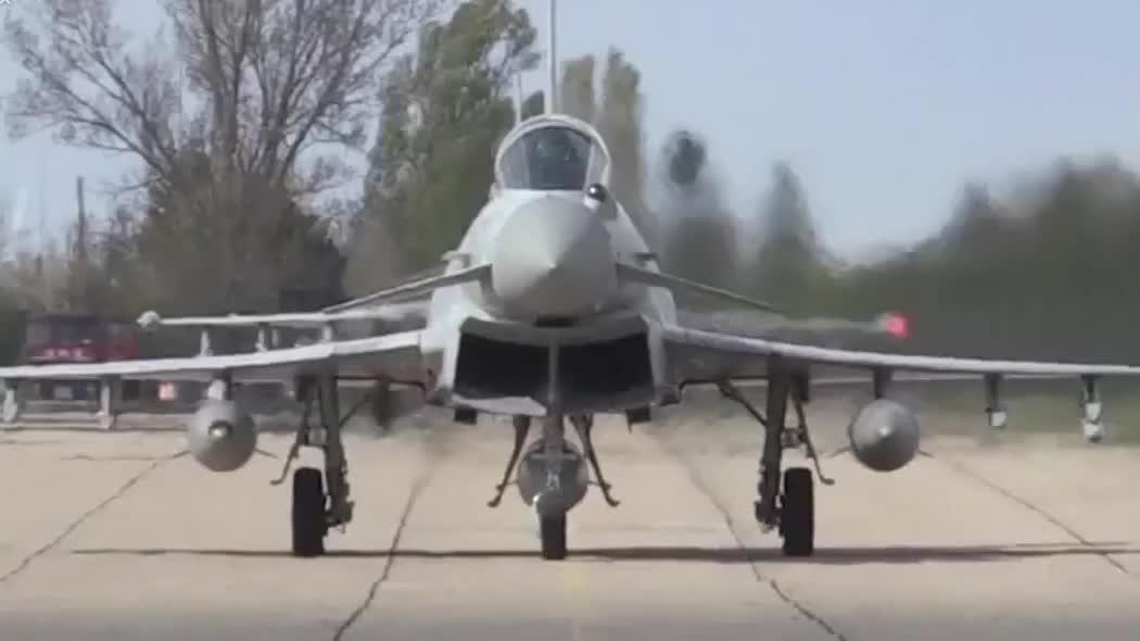 英国皇家空军的台风战机在在罗马尼亚上空飞行