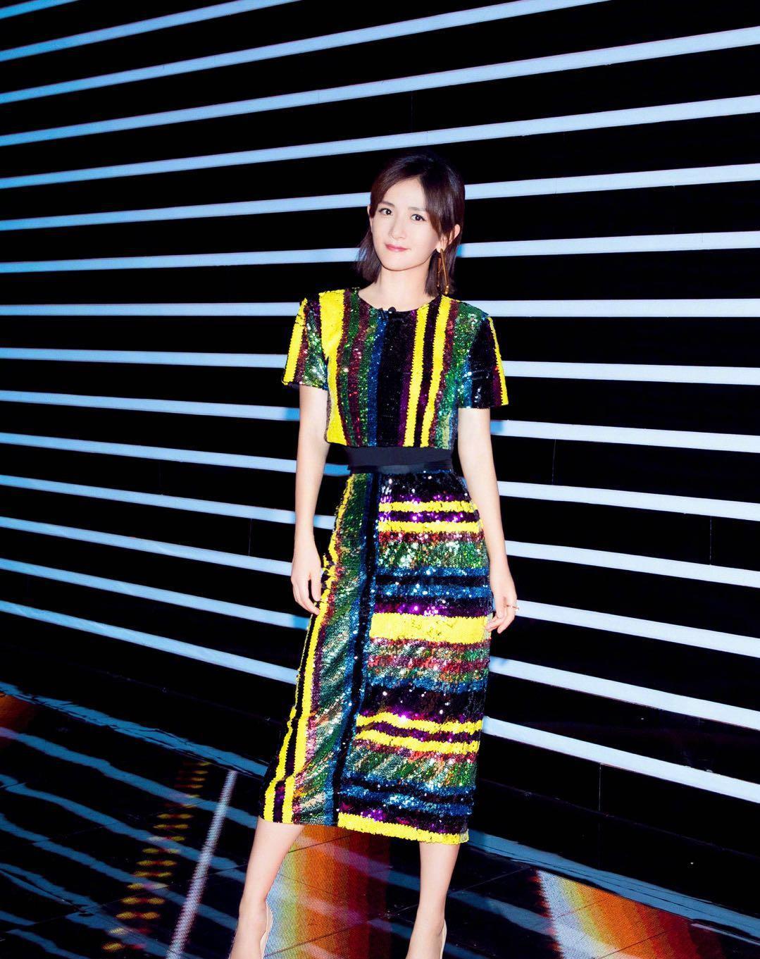 被谢娜《巅峰之夜》的造型圈粉,一身条纹亮片套装裙,气质又减龄