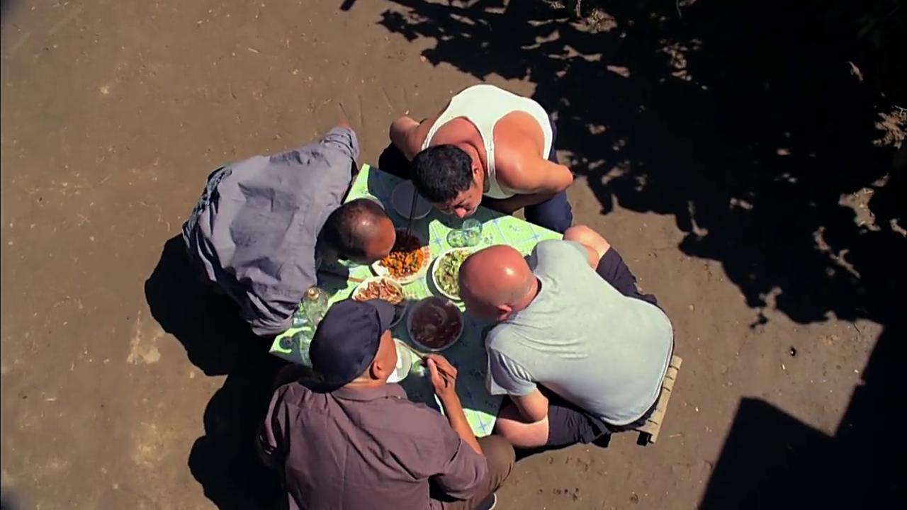 四个老汉在院子里喝酒聊天,讨论风水问题