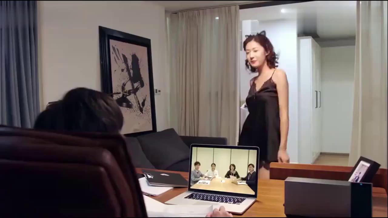 凌异洲正在开视频会议,不料夏林穿着睡衣闯进来,尴尬了!