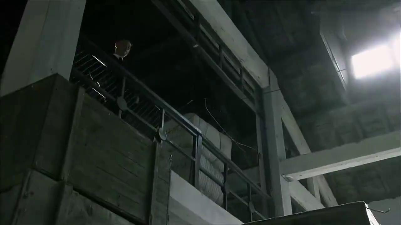 男子带着炸药去仓库,却被特务早到一步,看来是想同归于尽啊