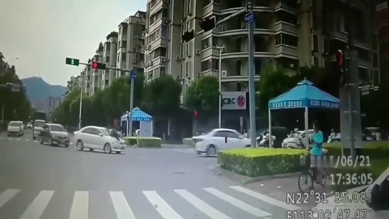 男子百米冲刺碰瓷,要不是视频拍下谁信,轿车司机当场懵了!