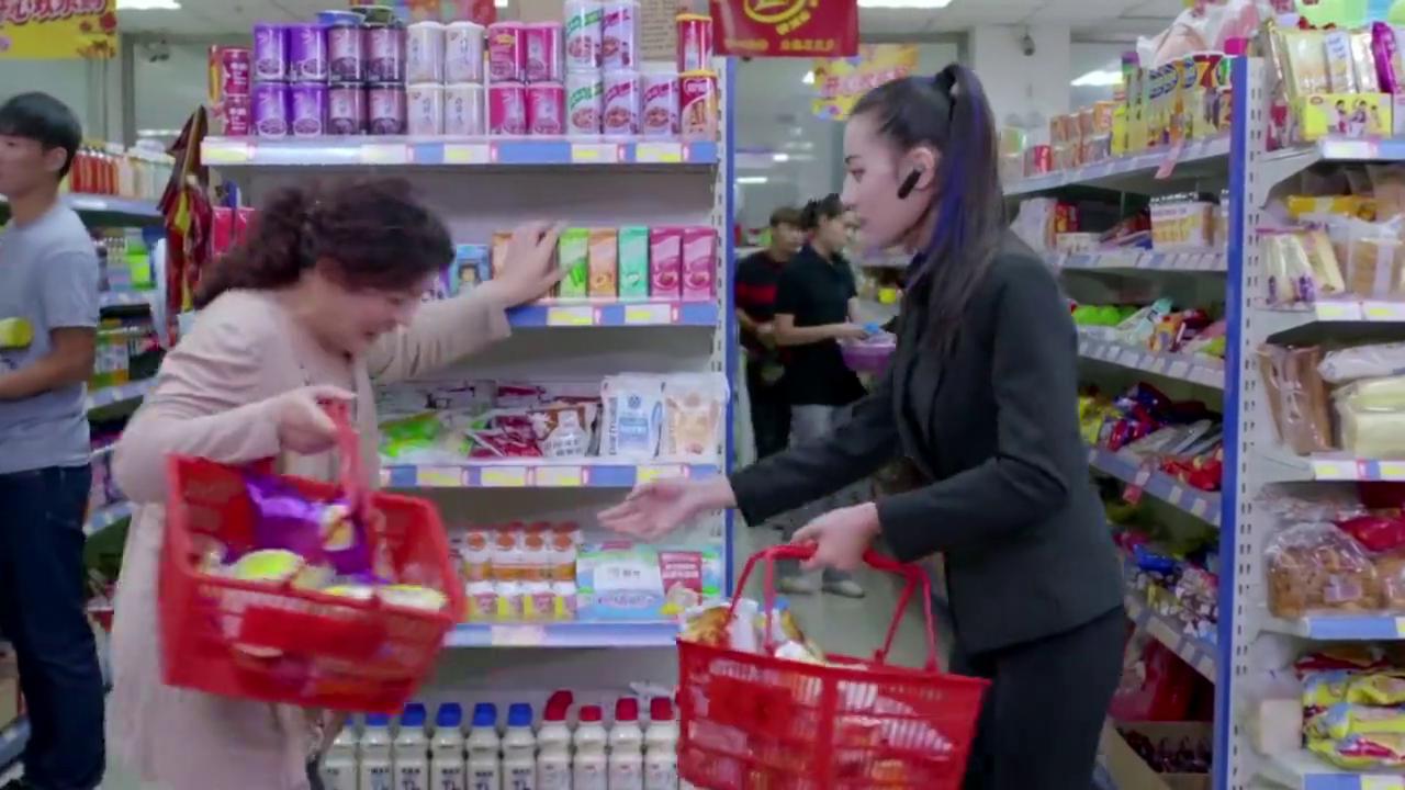 美女保镖陪雇主逛超市,不料遇大妈碰瓷,没想到中了圈套