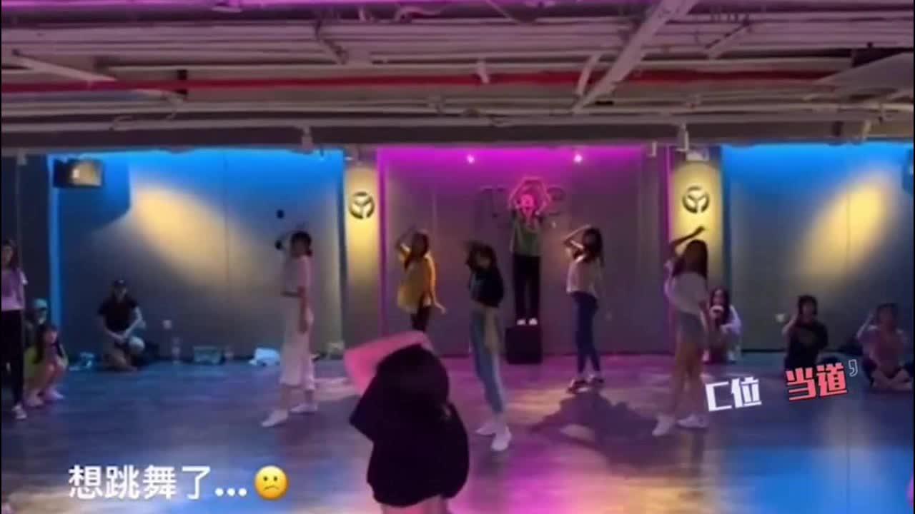 汪峰大女儿穿露脐装站C位跳舞 舞姿性感秀蛮腰