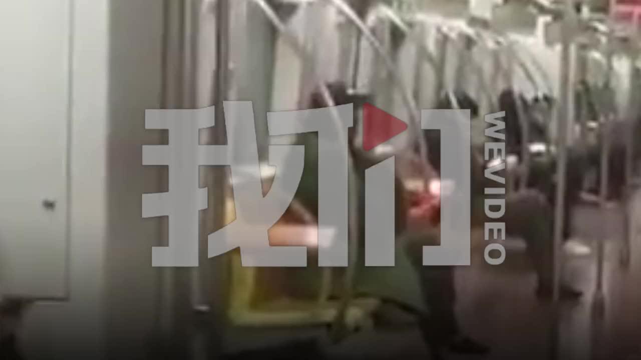 视频-北京地铁一男子摘掉口罩在车厢抽烟 地铁部门:正调查