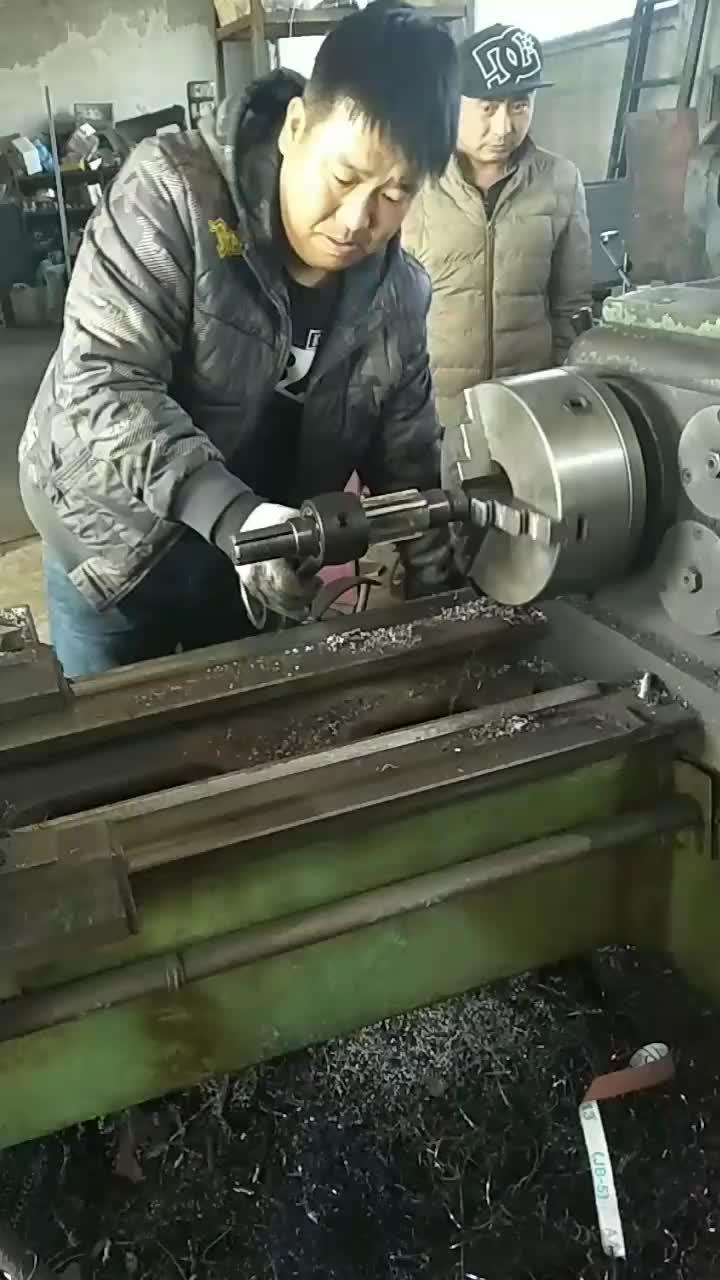 哪有这样绞洗连杆铜套的呀铜套废了可调节手用绞刀大概也得废了