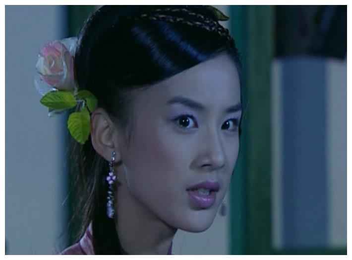 戴塑料花草的古装女子,黄圣依淡雅、文颂娴娇俏、而她最清新自然