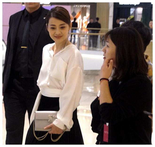 梅婷罕见现身酒店,网友:没瘦,这张圆脸真是太可爱了!