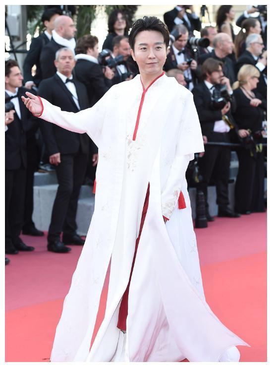 首位登上戛纳电影节的男艺人,穿着传统服饰的他,网友:美翻了