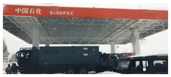"""加油站来了两台""""油老虎"""", 一共加了1。1吨油,加油站都空了"""