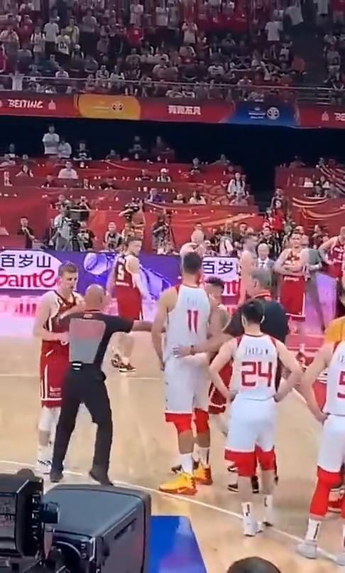篮球:阿联怒推波兰队员