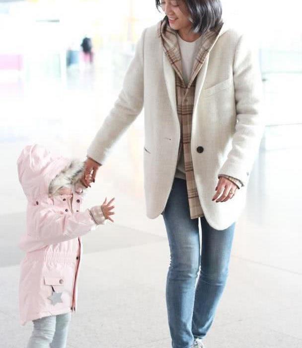 朱丹素颜与女儿同框出镜,单手抱娃护住女儿脸,满脸笑容母爱爆棚