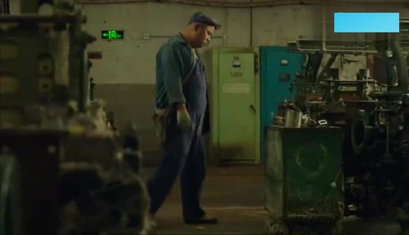 冯巩经典喜剧,冯巩发现很多机器停机了,原来是女工们喂奶去了