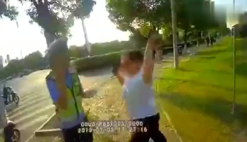 一女子走机动车到不听劝阻攻击交警妨碍公务被拘留