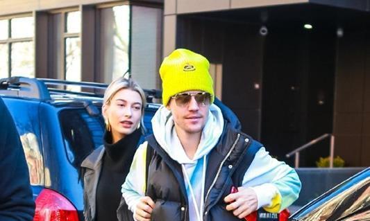 比伯生日前夕与妻子海狸外出,一身休闲装,黄色的帽子亮了!