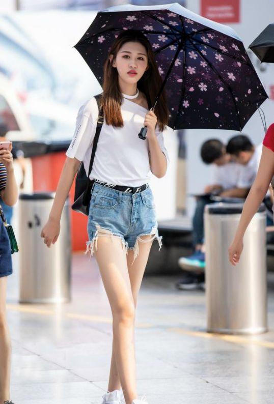 街拍:这些时尚穿搭的小心思,女孩们心里都懂的!
