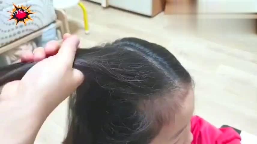 2020年的小女生头发可以这样扎,不用发饰都好看!
