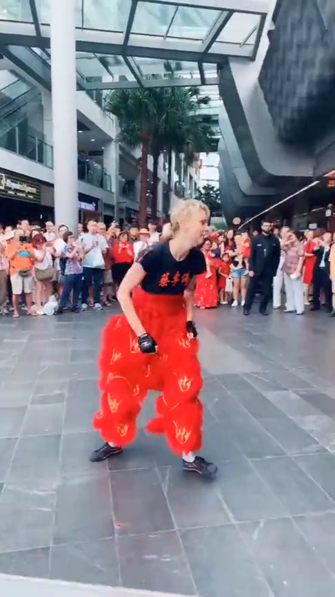 中国武术深入全球人民啊,悉尼街头的舞狮表演,非常多人围观!